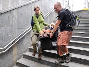 Po pevném schodišti s kočárkem