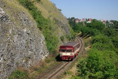 Motorový vůz řady 810 Českých drah sjíždí k zastávce Praha-Žvahov (© Piškot)