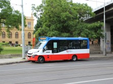 Midibus linky 194 v obratišti Florenc.